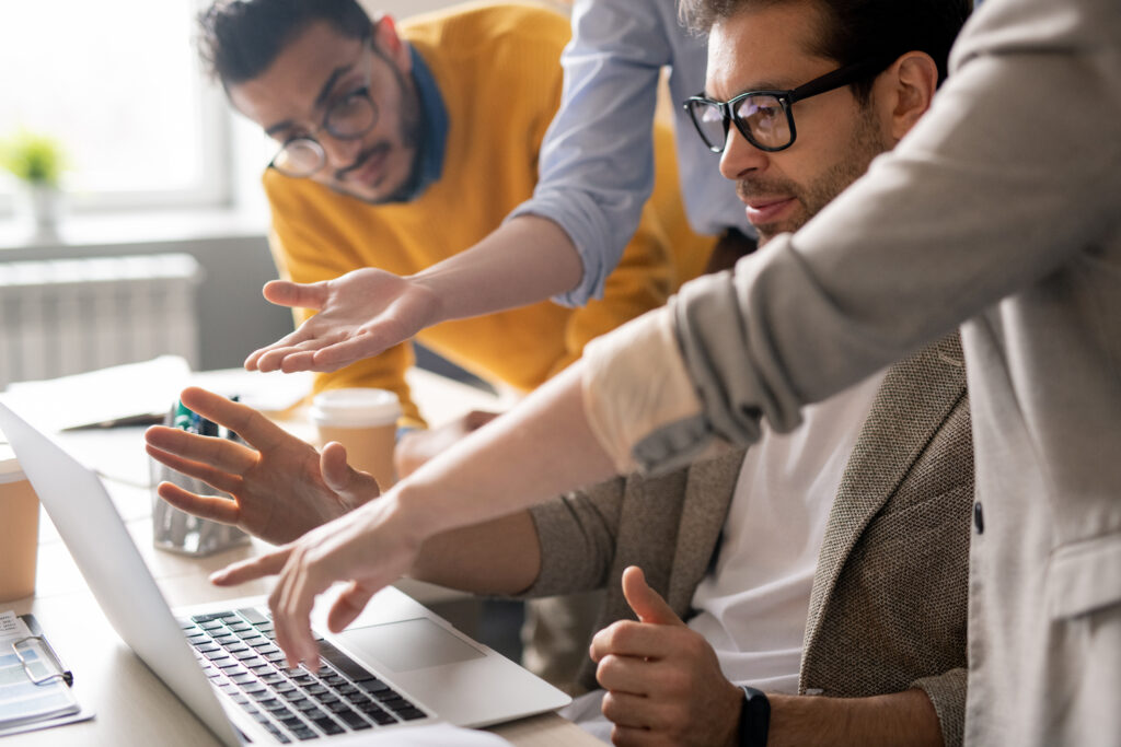 Especialistas en marketing decidiendo como será el diseño de una web profesional
