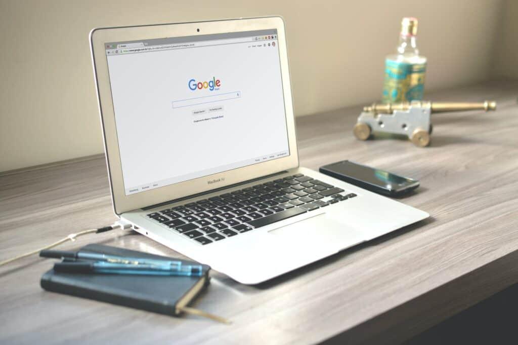 ordenador con campaña de google adwords